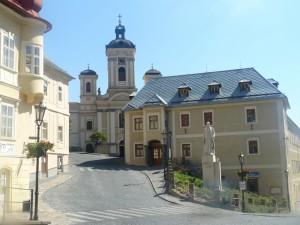 Kostol Nanebovzatia Panny Márie a socha A.Kmeťa